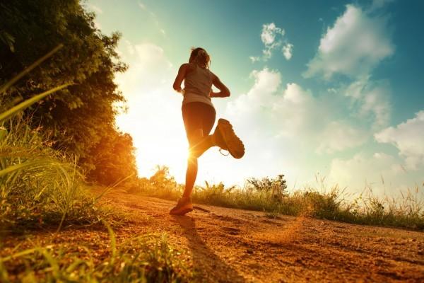 девушка бежит по лесной дорожке к закату вид снизу и сбоку что лучше бег или ходьба